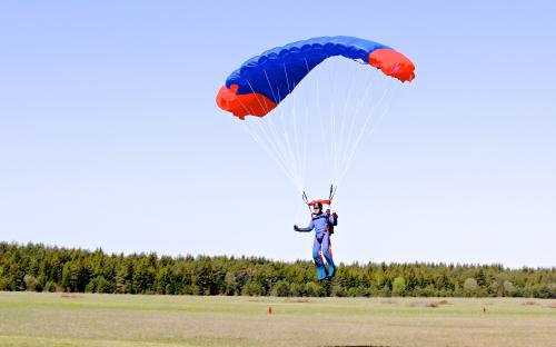 Sergei langevarjuga maandumas