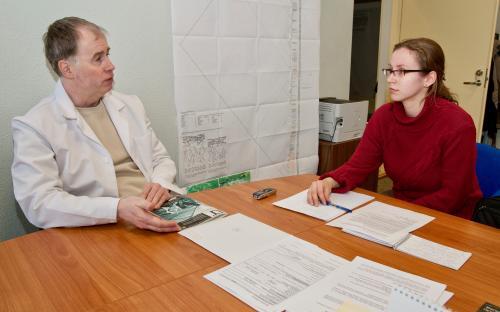 Kunagine toimetaja Aija Sakova intervjuud tegemas.