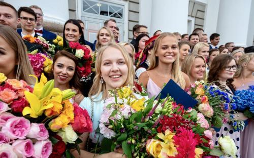 JUUNI: ülikooli lõpetas järjekordselt mitu tuhat tarka noort.