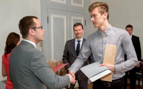 Linnapea Urmas Klaas õnnitleb tagamängija Saimon Sutti. (FOTO: Andres Tennus)