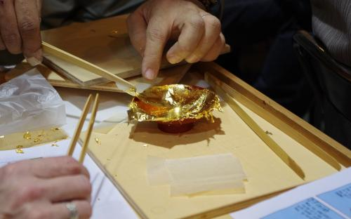 Budistlike altarite restaureerimise tehases. Katame oma sakealuse päris kullaga!