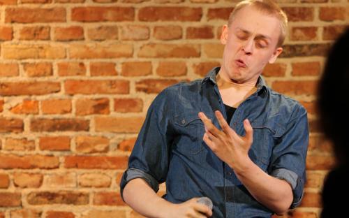 Rohkelt huumorit pakkus publikule teatrikunsti eriala 10. lennu tudeng Märt Koik, kes esitles oma stand-up komöödiaetendust «Märt Koik: Esimene Stand-Up Comedy Special».