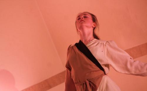 Kadri Sirel esitamas oma tantsuetendust «Flamingod III».