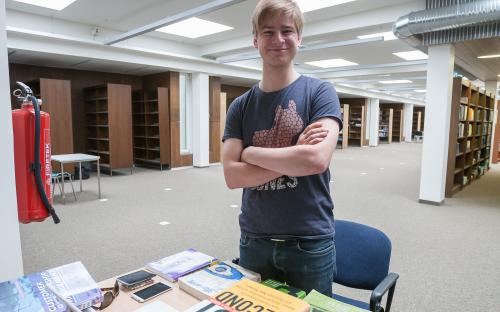 Külalislektor Rait Arro valmimist ootavas TÜ raamatukogu lugemissaalis.