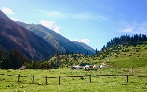 2400 meetri kõrgusel asuv Altõn–Arashani org Kõrgõzstanis, esiplaanil jurtad ööbimiseks.