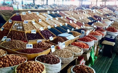 Hiiglaslik turg Biškekis, kus leidub kõike mõeldavat.