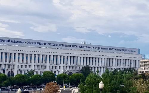 President Nazarbajevi tsitaat Almatõ kesklinnas.