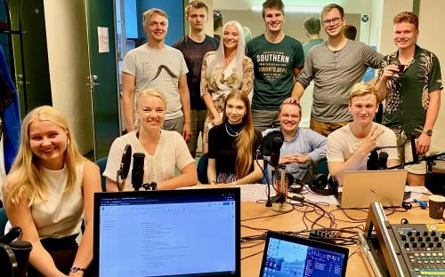 Põltsamaa Raadio esimese eetrinädala tegemisse panustas ligi 40 inimest, lisaks külalised ja intervjueeritavad. Kuulajateni jõudis kokku 83 saatelõiku ja hulgaliselt head muusikat.
